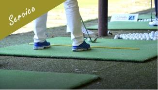 写真:ゴルフを練習する男性
