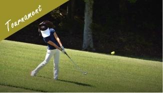 写真:ショットを打つゴルファー