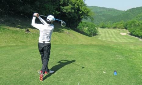ゴルフをプレイする男性